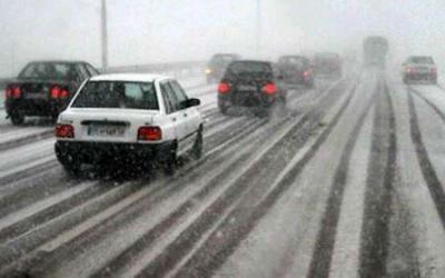 بارش برف در 5 محور مواصلاتی/ترافیک نیمه سنگین در ورودیهای پایتخت