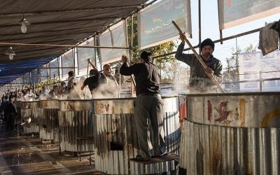 پخت بزرگترین آش نذری دنیا در شیراز