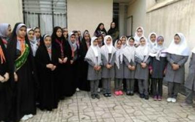 دیدار دانش آموزان فرزانه رحیم رهنمایان با خانواده شهید محمد علی محمدی