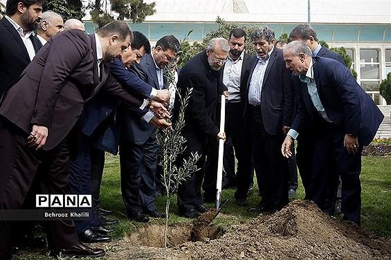 کاشت یک اصله نهال توسط رئیس مجلس در روز درختکاری