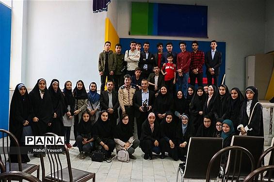 دیدار صمیمی دانش آموزان با سعید نیکو خصلت عضو شورای شهر تبریز