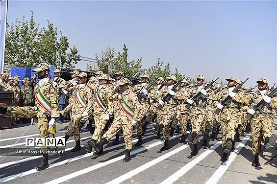 رژه نیروهای مسلح به مناسبت بزرگداشت روز ارتش در استان البرز