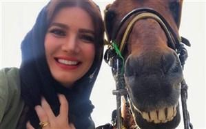 تصویر/ سلفی جالب خانم بازیگر با اسب خندان!