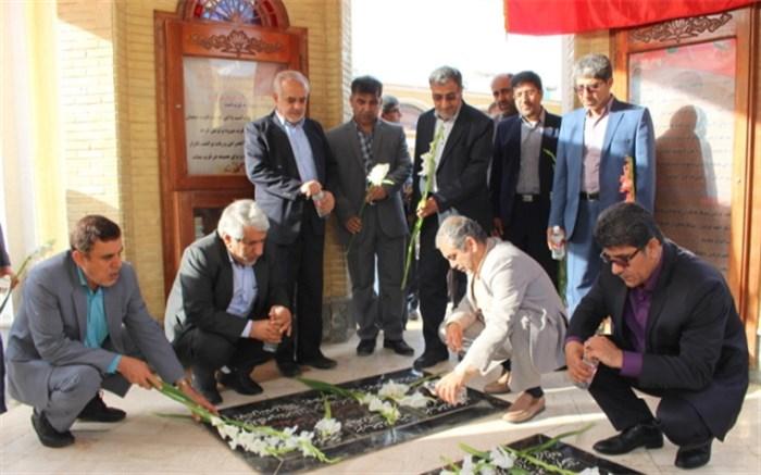 عطر افشانی و گل گزاری مزار مطهر شهدا در بوشهر
