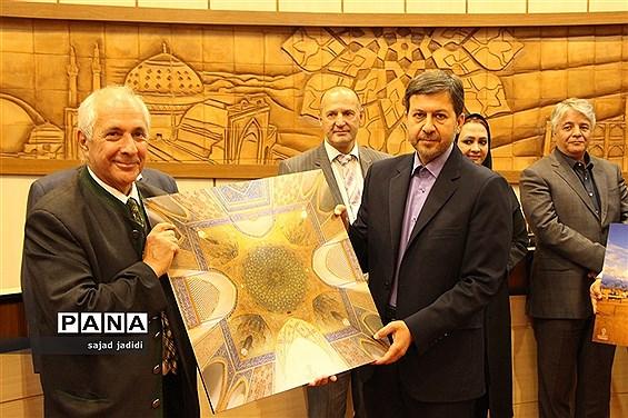 امضا تفاهم نامه شهرداری یزد با بنیاد جهانی انرژی