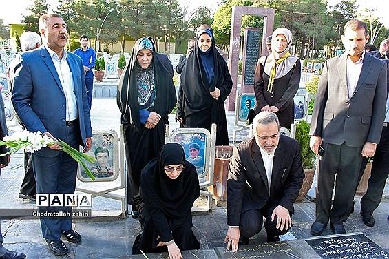 ادای احترام وزیر آموزش و پرورش به مقام شهدا در اصفهان