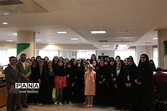 بازدید دانش آموزان دختر دوره های تابستانه سازمان دانش آموزی از موسسه فرهنگی شهر آرا مشهد
