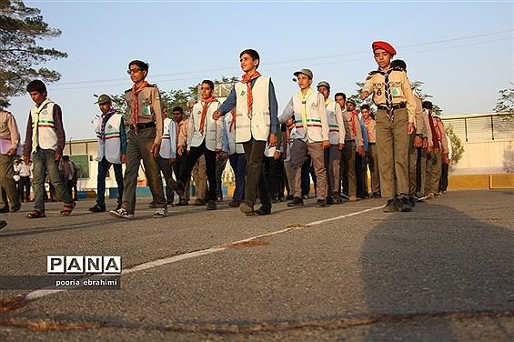 تمرین رژه دانش آموزان پیشتاز پسر در اردو انتخابی ملی در خراسان جنوبی