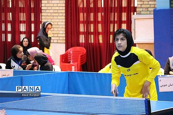رقابت دانشآموزان در رشته تنیسرویمیز در مسابقات دانشآموزی مقطع ابتدایی
