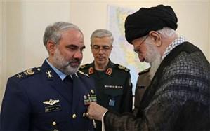 نصب نشان نصر بر سینه امیر سرتیپ خلبان شاهصفی از سوی رهبری