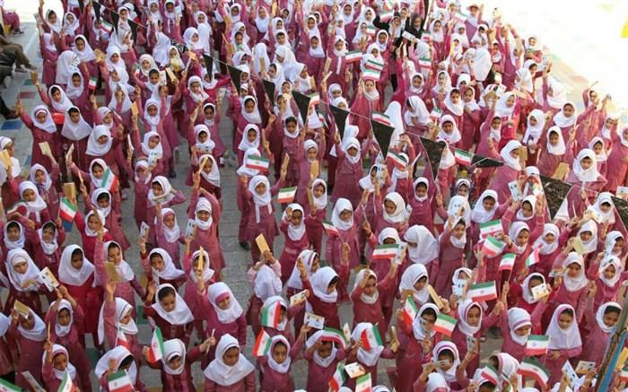 جشن عاطفه ها در مدارس  حاجی آباد برگزار شد