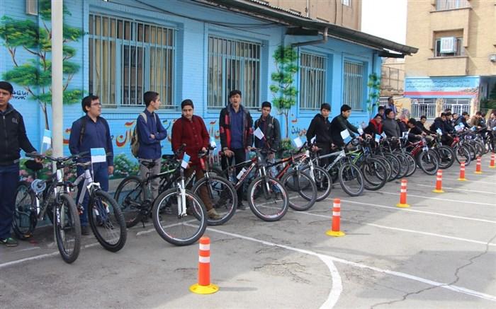 دانش آموزان دوچرخه سوار