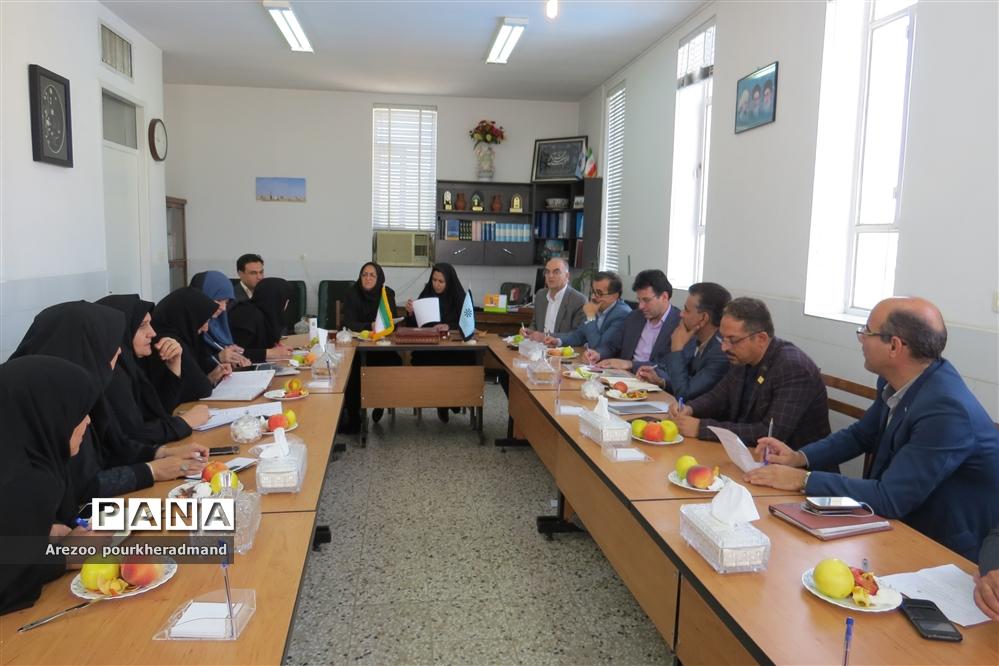 نشست مدیران مدارس استعدادهای درخشان استان یزد با رئیس و کارشناسان سمپاد