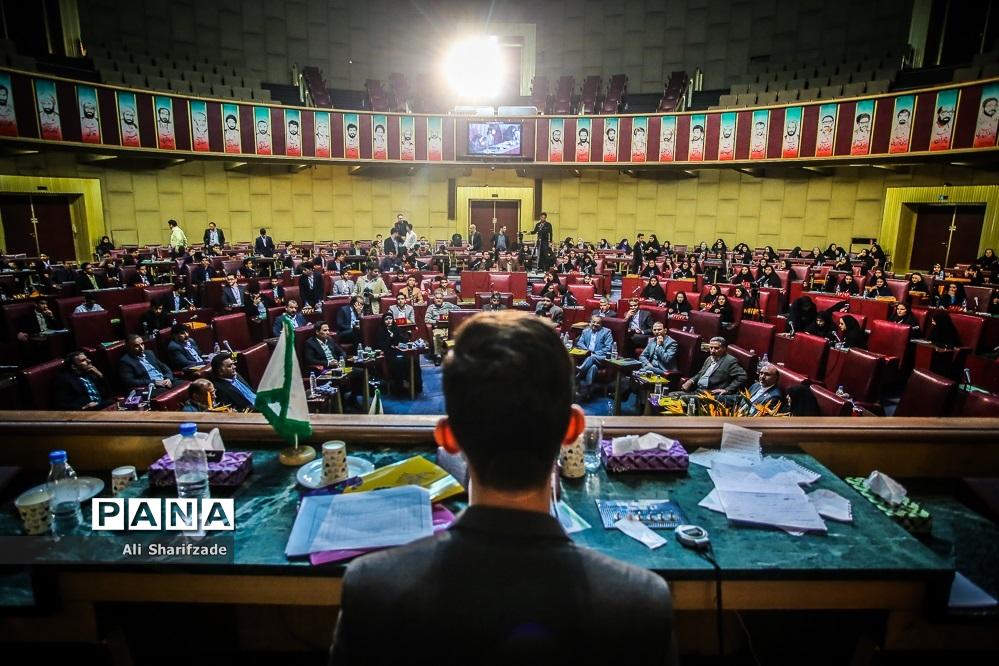 دومین روز از نخستین نشست نهمین دوره مجلس دانشآموزی