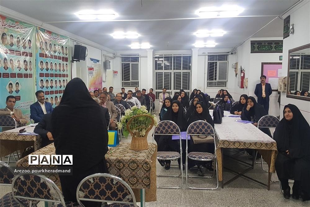 برگزاری کارگروه مشترک دبیرستانهای پسرانه و دخترانه استعداد درخشان دکتر رمضانخانی و دکتر شاهی ناحیه یک یزد