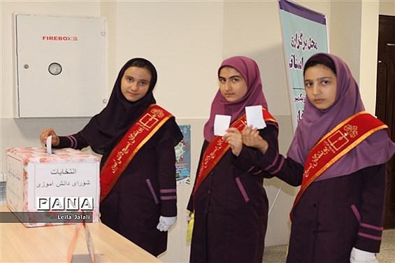 انتخابات شورای دانشآموزی دبیرستان الزهرا در  اراک