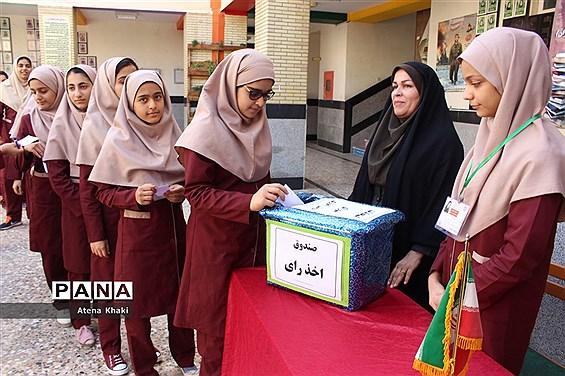 انتخابات شورای دانشآموزی در دبیرستان شهیده سهام خیام بوشهر