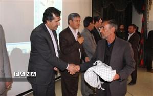 فرماندار و رییس آموزش و پرورش بویراحمد از خانواده دانش آموز شهید کرامت احسانی تجلیل نمودند