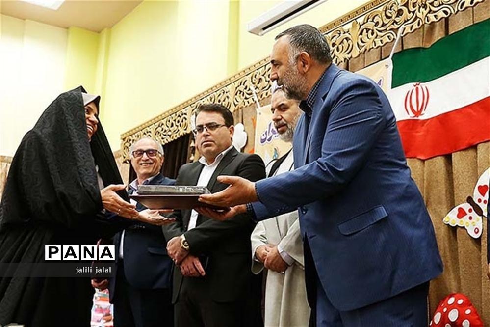 آغاز هفته کتاب ایران در دبستان طالبیان مقدم کاشان