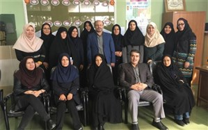 مدیر آموزش و پرورش ناحیه یک ری از  معلم پژوهنده برگزیده استان تجلیل کرد