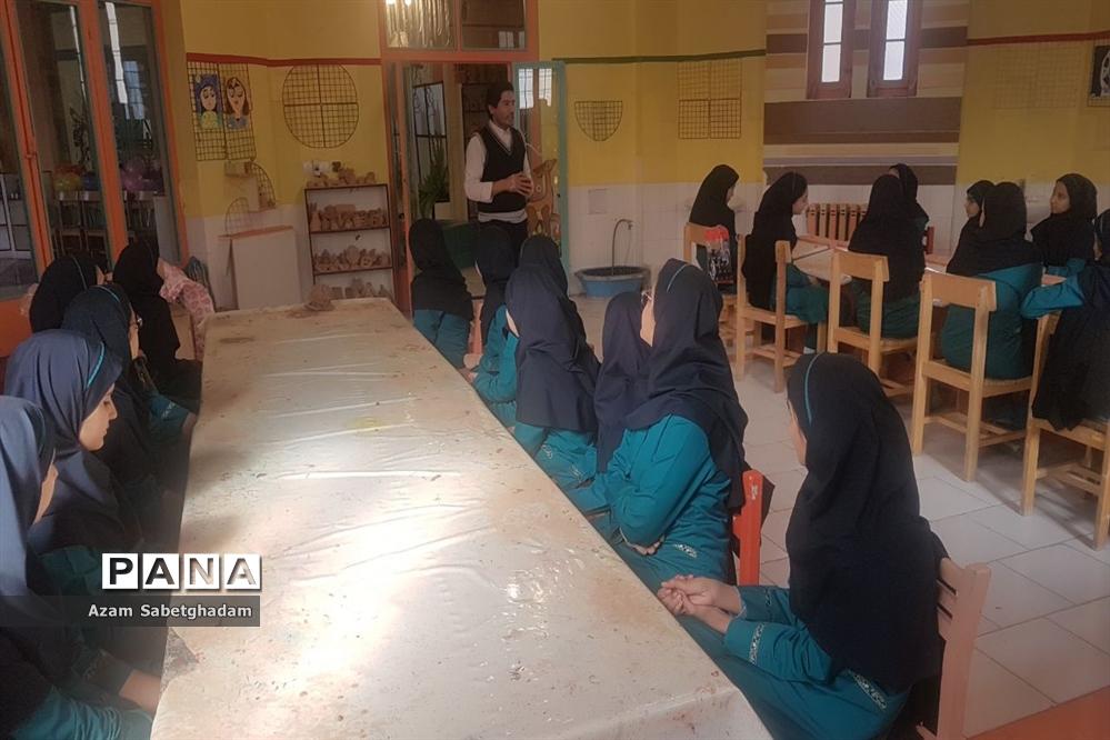 بازدید دانشآموزان دبیرستان دکتر شاهی از کارگاه سفال گری