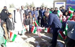 موسسه پویش مهربانی کلنگ مدرسه سه کلاسهی حجت شهرستان هیرمند را  به زمین زد