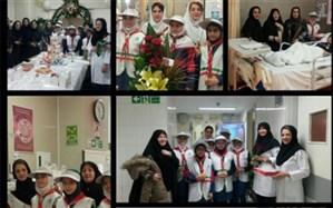 اهدای گل توسط دانش آموزان  دبستان دخترانه شهید سید کاظم موسوی به  بخش پرستاری بیمارستان میلاد