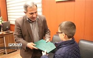 مدیر آموزش و پرورش ناحیه یک اهواز از دانش آموز قهرمان مسابقات شطرنج کشور تجلیل کرد