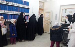 اهدای گل به پرستاران مرکز بهداشت شهرستان بشرویه توسط پیشتازان دبستان دخترانه ام الشهداء