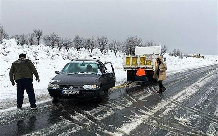 خودروی گرفتار در برف و کولاک