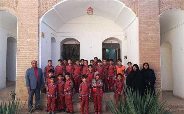 بازدید دانش آموزان از خانه تاریخی فروتنی بیرجند