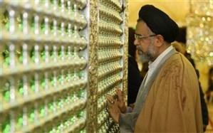 وزیر اطلاعات در رواق شاهچراغ؛ پای برهنه و چتر در دست + عکس
