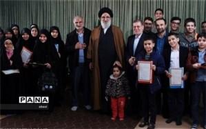 جمعی از دانش آموزان و فرهنگیان ناحیه 4 کرج با آیت الله حسینی همدانی دیدار کردند