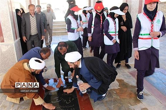 غبارروبی  گلزار شهدا بخش کبگیان شهرستان بویراحمد توسط دانشآموزان پیشتاز