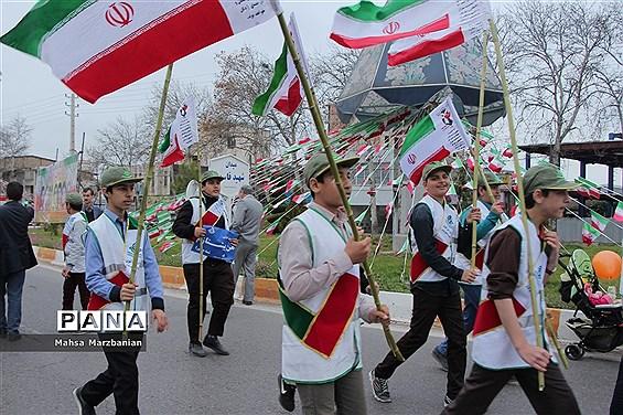 حضور دانشآموزان پیشتاز مازندران در راهپیمایی 22 بهمن و حمل مشعل 40سالگی انقلاب