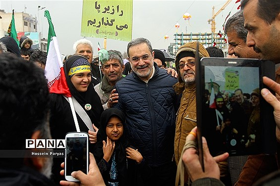 حضور وزیر آموزش و پرورش در جمع راهپیمایان جشن انقلاب اسلامی