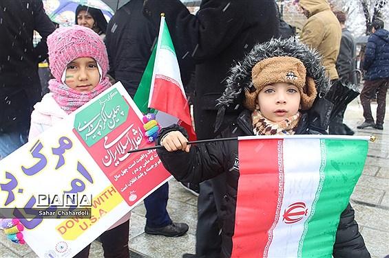 راهپیمایی 22 بهمن 97 همراه با بارش برف در همدان