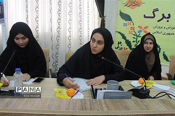 نشست صمیمی اعضای مجلس و شورای دانشآموزی با معاون پرورشی و فرهنگی آموزش و پرورش استان همدان