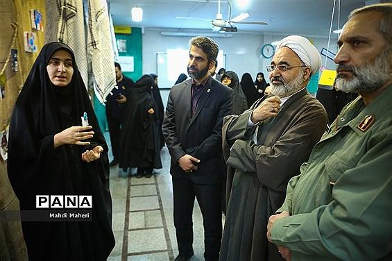 بازدید معاون حقوقی و امور مجلس وزارت آموزش و پرورش  از نمایشگاه مدرسه انقلاب در مدرسه دخترانه اسلامی علوی
