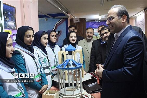 بازدید مدیرکل آموزش و پرورش استان همدان از غرفههای جشنواره بومی محلی سازمان دانشآموزی