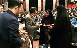 هدیه و لوح تقدیر وزیر آموزش و پرورش از «حمیرا ریگی» به وی اعطا شد + تصویر