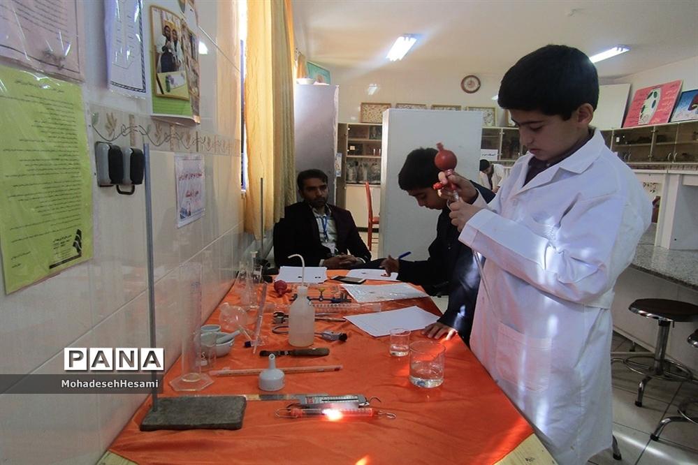 بازدید آموزش و پرورش از مسابقات آزمایشگاه جشنواره نوجوان خوارزمی در دبیرستان نمونه کاشی نیلوفر