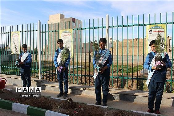 برگزاری آیین روز درختکاری در دبستان شهید رجایی سمنان