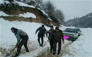 برف راههای ارتباطی ۵۳ روستای هزارجریب بهشهر را قطع کرد