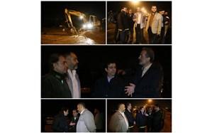 حضور شهردار و تلاش نیروهای آتشنشانی و شهرداری قم در انحراف سیلاب از پردیسان + فیلم