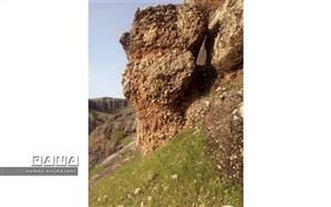 صخره ای در آستانه سقوط و جاده ای در خطر ریزش