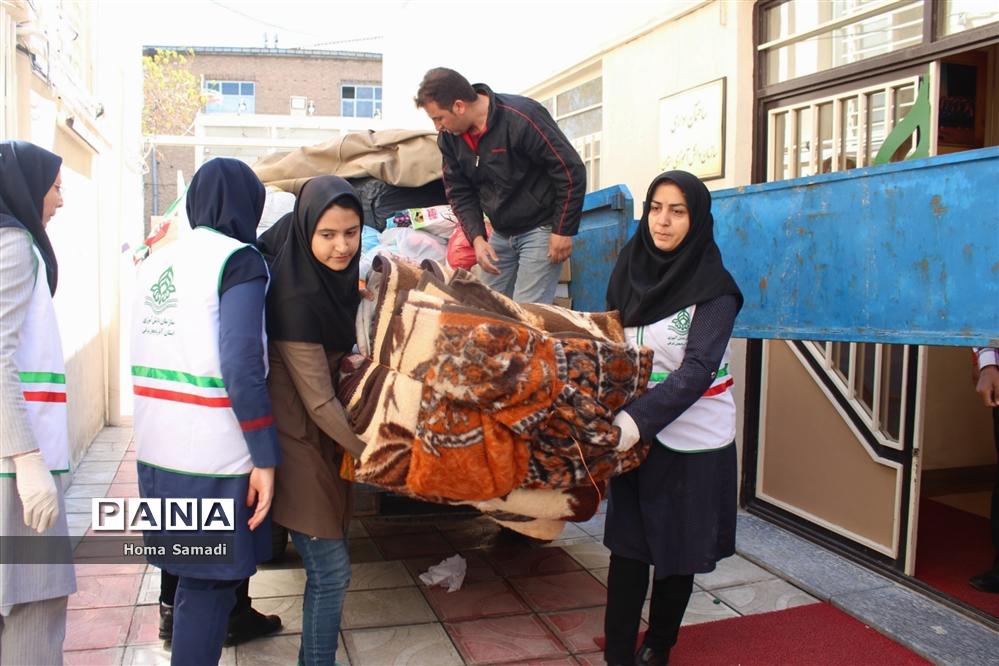 بسته بندی اقلام جمعآوری شده از دانشآموزان و فرهنگیان آذربایجان شرقی