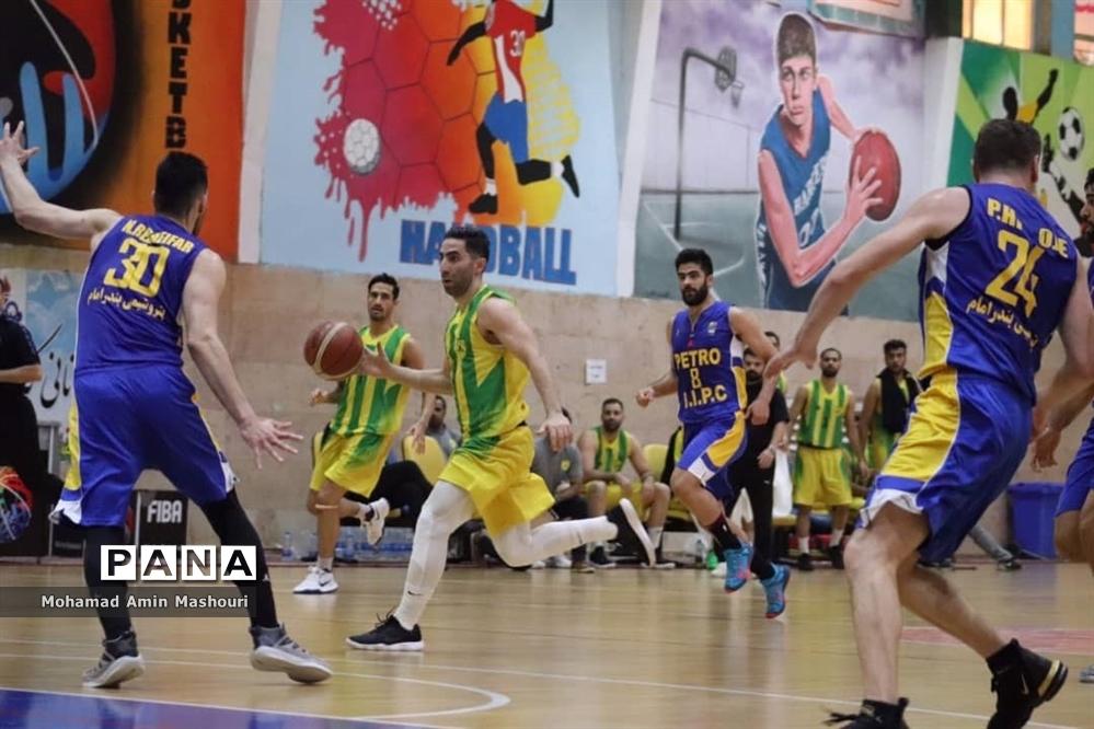 مسابقه بسکتبال تیمهای پالایش نفت آبادان مقابل پتروشیمی بندرامام خمینی (ره )