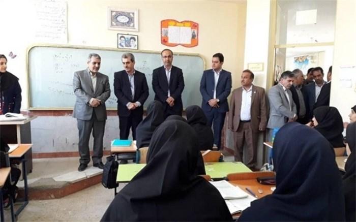 مجتبی زینیوند پیش از ظهر امروز در حاشیه بازدید از آموزشگاه متوسطه دوم طاهره شهرستان حمیدیه
