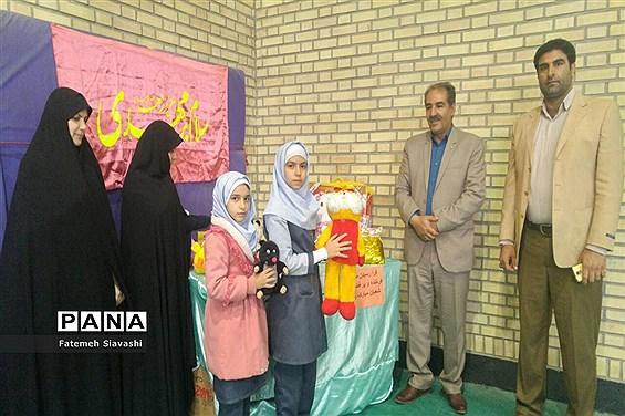 اهداء عروسک به کودکان سیل زده توسط دانشآموزان دبستان مائده منطقه خزل همدان